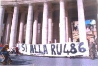 """Alcuni militanti radicali (nella foto: Gaetano Dentamaro, Pigi Camici, Mariano Giustino, Leopoldo Machina) espongono lo striscione: """"Sì alla RU486"""". A"""