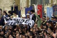 All'interno dell'Aula Nervi, in Vaticano, i radicali Sabrina Gasparrini, Maura Bonifazi, Alessandra Spalletta, Simone Sapienza, aprono lo striscione:
