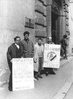 """""""Lensi, Ottoni e Donvito manifestano davanti al palazzo di giustizia con cartelli: """"""""primi in attesa per depositare le liste elettorali, no alle sched"""
