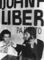 Jean Fabre, segretario del PR, durante una conferenza stampa per la legalizzazione delle non-droghe, passa una sigaretta di hashish (spinello) ad Emma