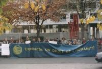 """""""manifestazione esperantista in occasione della conferenza internazionale dell'UNESCO. Striscione con su scritto: """"""""esperanto: un droit de l'humanité"""""""