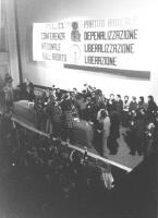 """""""arresto di Adele Faccio sul palco del Teatro Adriano. Dietro banner: """"""""conferenza nazionale sull'aborto. Depenalizzazione, liberalizzazione, liberazi"""