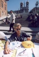 Emma Bonino raccoglie le firme ai 20 referendum, presso un tavolo a piazza di Spagna.