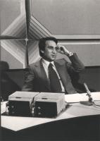Emilio Fede in uno studio televisivo (BN)