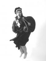 Rosa Fumetto, figura intera, indossa una toga (BN)
