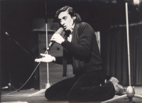 Ritratto di Flavio Bucci. Attore (BN) mentre recita sul palco con un microfono (BN)