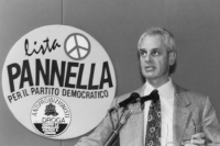 Marcello Pera mentre parla alla tribuna della Convenzione dei Club pannella per il partito democratico, dietro logo della lista Pannella (BN)