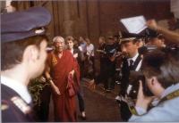 Un monaco tibetano (???) si avvicina al cinema Capranica dove il Dalai Lama tiene un incontro con i cittadini romani.