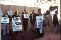 Manifestazione davanti a Montecitorio contro la reintroduzione del finanziamento pubblico ai partiti. Da sinistra: Andrea Cavalieri, Rita Bernardini,