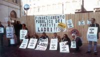 Manifestazione davanti a Montecitorio contro la reintroduzione del finanziamento pubblico ai partiti. Si riconoscono: Ignazio Marcozzi Rozzi, Rita Des