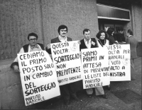 """""""Radicali in fila per la presentazione delle liste elettorali per le politiche '79. Cartelli al collo: """"""""Quasta volta sorteggio, non prepotenze PR"""""""","""