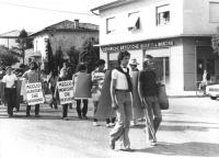 VII marcia antimilitarista Trieste-Aviano. Fra gli altri: Marino Busdachin (il ragazzo in primo piano). Altre su carta, con album di marce antimilitar