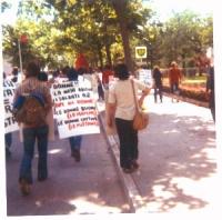 """7a marcia antimilitarista Trieste - Aviano. Una manifestante indossa il cartello: """"Donne!! La naja abitua i soldati a 2 tipi di donne. Le donne buone"""