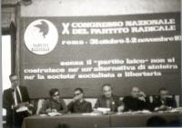 10° Congresso. Vista della presidenza con banner. Si riconoscono, da sinistra: Cicciomessere, Pannella, Mauro Mellini, Loris Fortuna.