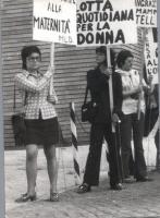 "Manifestazione femminista. Cartelli: ""Lotta quotidiana per la donna""."
