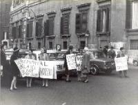 Manifestazione davanti a palazzo Chigi per il divorzio.