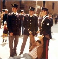 Roberto Cicciomessere trascinato di peso da poliziotti a piazza Venezia.