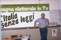 """Enzo Tortora davanti al tabellone: """"Campagna elettorale in TV - L'Italia senza leggi"""". (2 copie)"""