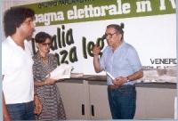 """Enzo Tortora davanti al tabellone: """"Campagna elettorale in TV - L'Italia senza leggi""""."""