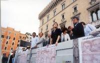 Cerimonia di consegna delle firme sui 20 referendum. A bordo di un camioncino, Emma Bonino, Rita Bernardini, Mariano Giustino e altri.