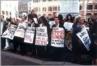 Sit-in davanti a palazzo Chigi per il rinnovo della convenzione fra il Parlamento e Radio Radicale e per la legalità dell'informazione. Fra i cartelli