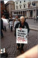 Laura Arconti - nel corso di un walk around davanti a Palazzo Chigi per il rinnovo della convenzione fra il Parlamento e Radio Radicale e per la legal