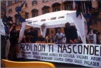"""Largo Chigi. Conferenza stampa di Marco Pannella su """"Radio Radicale e libertà di informazione"""".  Davanti al tavolo lo striscione: """"Prodi non ti nascon"""