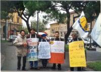 Manifestazione antiproibizionista. Primo a sinistra: Giuseppe Caputo; Maria Teresa Cinti Nediani (terza da sinistra) Fra i cartelloni: Proibizionismo