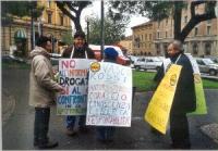 """Manifestazione antiproibizionista. Si riconoscono: Giuseppe Caputo (primo a sinistra). Voltata di spalle: Maria Teresa Cinti Nediani. Cartello: """"Vasco"""