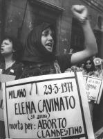 """Primo piano di donna che grida durante manifestazione abortista. Al collo cartello: """"""""Elena Cavinato, 38 anni, morta per aborto clandestino"""""""" (BN)  (o"""