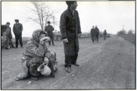 Una donna piange presso una strada della Cecenia.