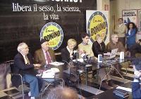 Conferenza stampa durante la campagna elettorale per le politiche e le comunali. Da sinistra: Angiolo Bandinelli, Massimo Finoia, Emma Bonino, Luca Co