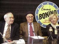 Angiolo Bandinelli, Massimo Finoia ed Emma Bonino, nel corso di una conferenza stampa durante la campagna elettorale per le politche e le comunali.