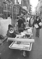 militanti radicali tengono un tavolo di informazione a sostegno della legalizzazione dell'aborto. (BN)