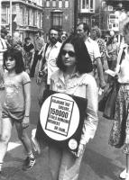 """""""manifestazione radicale contro lo sterminio per fame. In marcia militante con cartello al collo: """"""""aujourd'hui encore 150000 etres humanis meurent de"""