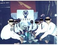 Membri dell'opposizione birmana (BSPRC) si preparano per il pranzo dopo un'importante assemblea.