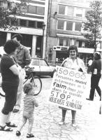 """""""manifestazione radicale contro lo sterminio per fame.  con cartello al collo: """"""""150000 personnes meurent exterminées par la faim…"""""""" (BN) ottima"""""""