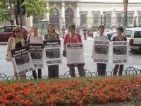 Manifestazione davanti all'ambasciata americana contro l'esecuzione di McVeigh (colpevole della strage di Oklahoma). Altre digitali, con ritratti di S