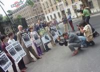 Manifestazione davanti all'ambasciata americana contro l'esecuzione di McVeigh (colpevole della strage di Oklahoma). Da sinistra: Sabrina Gasparrini,