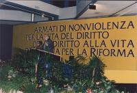 """Stanzani parla alla tribuna del 4° Congresso Italiano del PR.(molto larga, sullo sfondo del banner: """"Armati di non violenza per la vita del diritto"""","""
