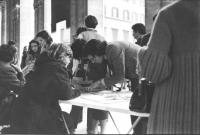 Raccolta di firme su referendum radicali ad un tavolo  (BN) piazza Colonna