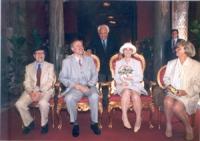 Marco Pannella fra Sergio D'Elia e Maria Teresa di Lascia, il giorno del loro matrimonio.