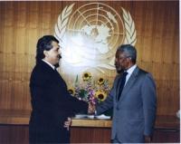 Emil Scuka (segretario generale dell'unione dei Rom), stringe la mano a Kofi Annan.