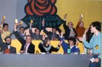 Votazione a un congresso radicale. Si riconoscono al tavolo della presidenza: Francesco Rutelli, Lorenzo Strick Lievers, Massimo Teodori, Sergio Stanz