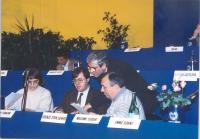 Presidenza del 36° Congresso.  Nella prima fila, da sinistra: Maria Teresa Di Lascia, Franco Corleone, Emilio Vesce (in piedi), René Andreani.
