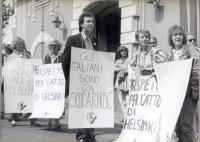Manifestazione davanti all'ambasciata polacca a sostegno di Solidarnosc. Si riconoscono: Maria Teresa Cinti Nediani, Antonio Stango, Emma Bonino, Mari