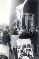 Manifestazione davanti all'albergo dove alloggia Jaruzelskij - in visita ufficiale a Roma - e a sostegno di Solidarnosc. Maria Teresa di Lascia indoss