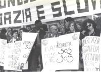 Manifestazione del PR davanti alla sede del governo, per il riconoscimento di Croazia e Slovenia. Si riconoscono Sergio Stanzani e Maria Teresa di Las