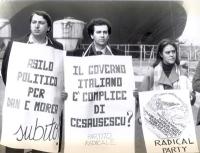 """Manifestazione contro l'espulsione di due cittadini rumeni.  Cartelli: """"Il governo italiano è complice di Ceausescu?"""", """"Asilo politico per Dan e Morea"""