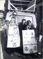 """Manifestazione antiproibizionista, con Sergio D'Elia e Maria Teresa Di Lascia. Cartello: """"l'illegalità imprigiona nella tossicodipendenza"""". Sui cartel"""